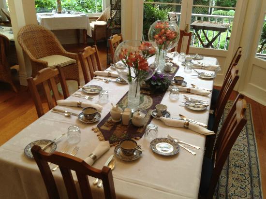 Peace and Plenty Inn: すばらしい食器があふれるダイニング