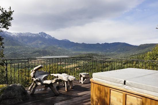 Hotel A Piattatella: Un jacuzzi avec une vue