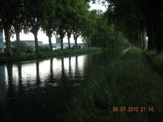 Chambre d'Hotes Au Canal : You get out from b&b and immediately you see the Rhin