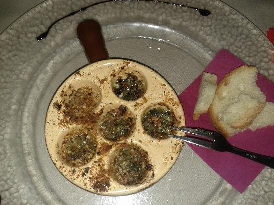 La Reine Margot: Entree of escargots with a lovely nut crumble crust