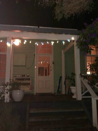 Huskisson Bed and Breakfast: Welcoming porch lights at night