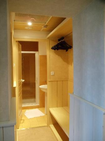 Adonis Hôtel Brive: The hall hanging space, bathroom at the tend