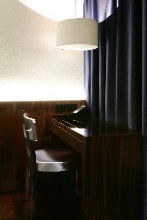 Hotel MANI: Schreibtisch_im_Zimmer