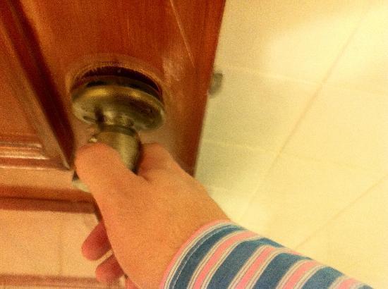 House Inn & Suites: Bronken door knob