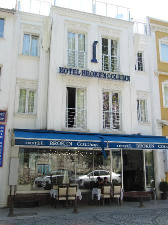 Hotel Broken Column: Hotel von aussen