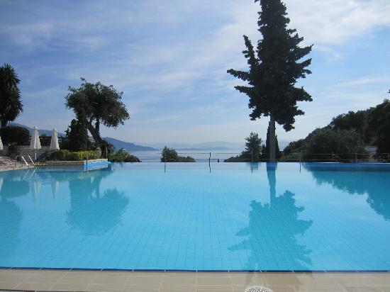Daphnila Bay Thalasso: Sea view from the main pool