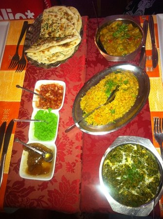 Krishna : vegetarian meal with nan and rice with vegetables