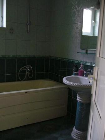 Hotel Begolli: 402号室の浴室