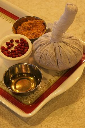 Barberyn Reef Ayurveda Resort: Preparation of Ayurveda medicine at the resort