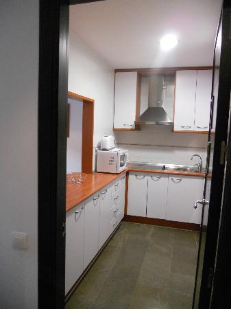 Apartamentos Santa Ana : cucina con passapranzi verso il salotto-camera