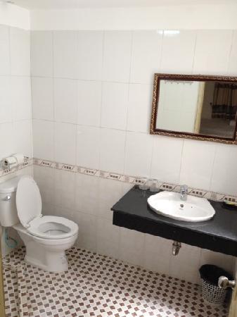 ฮานอย โฮสเทล: large bath