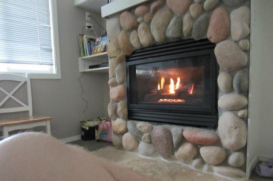 Oceanspray Inn : Main area fireplace, so cozy