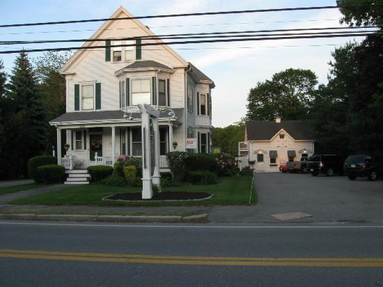 كنتري جاردن إن آند سبا: B&B from the road - the carriage house is on the right