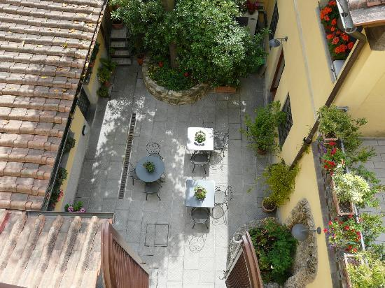 Residenza Il Villino B&B: View of patio from our room