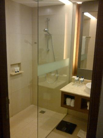 Grand Aston Yogyakarta: Superior Bathroom