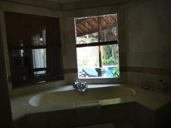 Parigata Villas Resort: Bath