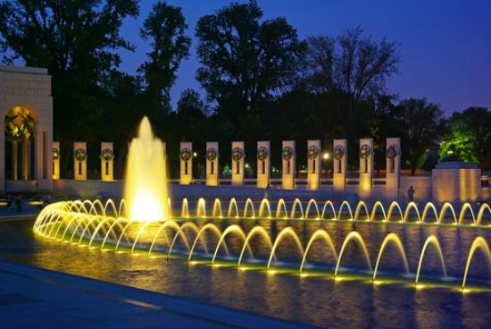iGuide Tours: The WWII Memorial at Night