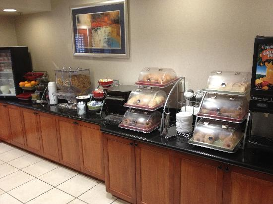 Wingate by Wyndham Erie: Morning breakfast spread