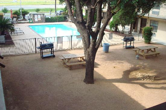 Days Inn San Antonio/Near Lackland AFB: BBQ Courtyard Area