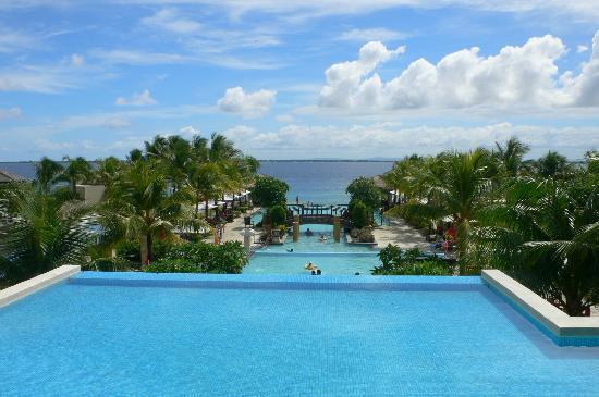 Crimson Resort and Spa, Mactan: プールの向こうにビーチが見える
