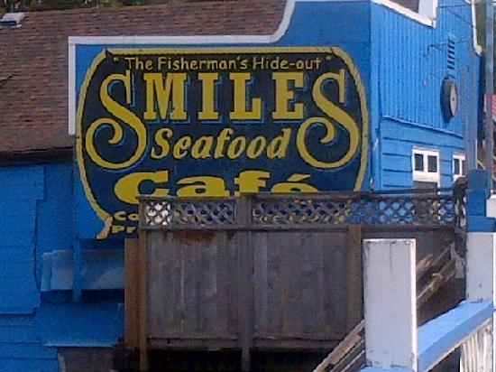 Smiles Seafood Cafe: The restaurant is well marked with signs on all sides