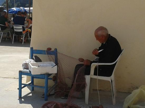 The Port of Corricella : Un vecchio pescatore alle prese con la sua rete