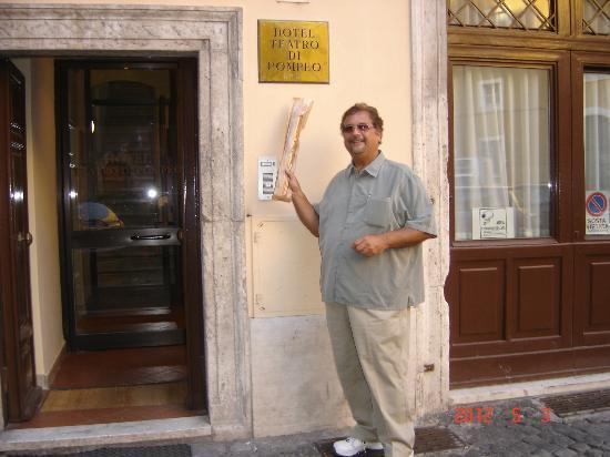 Hotel Teatro di Pompeo: Hotel Teatro front entrance