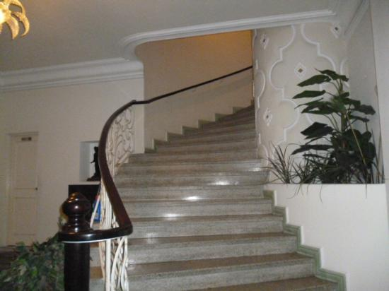 La Casa Grande: Staircase to second floor
