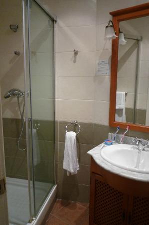 Hostal Grau: Bathroom with large shower