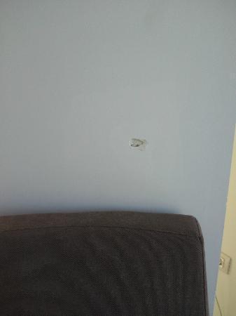 Agora Spa & Resort: Agujero en la pared