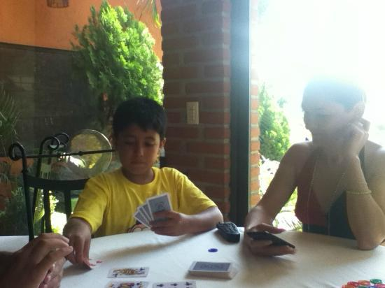 Casa Domingo Hotel Petit: mi cuñis y mi hijo jugando