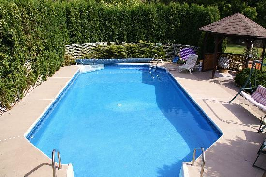 Country Tyme Bed & Breakfast: Back Yard Outdoor Pool