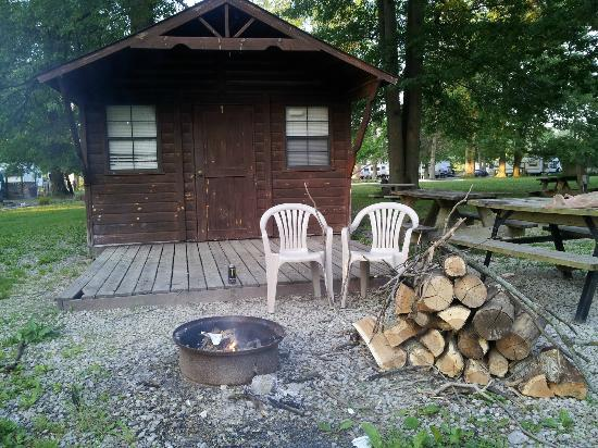 Eagle Valley Camping Resort: Our quaint little cabin