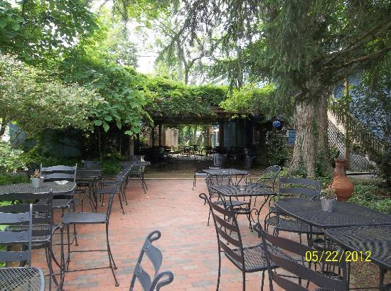 Cooper's Landing Inn: Outdoor Dining Area for Dinner & Sunday Brunch
