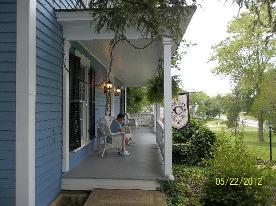 ‪‪Cooper's Landing Inn‬: Front Porch For Relaxing‬