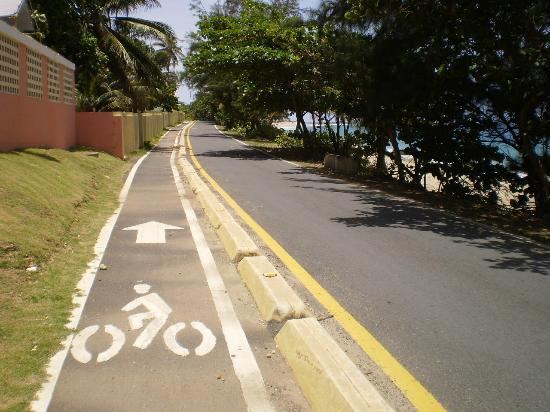 Paseo Lineal: Lane next to hotel in Isabela.