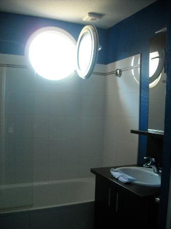Appart'City Bordeaux Aéroport Saint Jean d'Illac : salle de bain avec fenetre