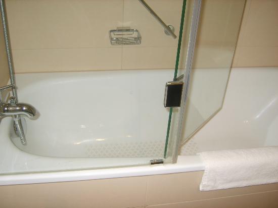 Movenpick Hotel Egerkingen: la bañera