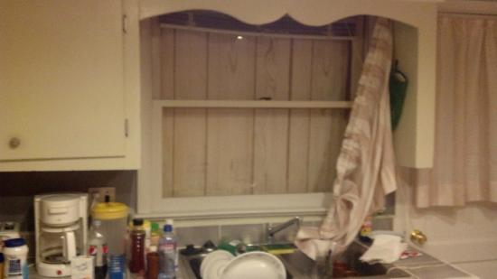 Surf Villa Hotel: Window over sink - boarded up for your viewing pleasure