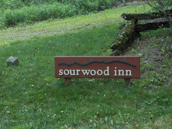 Sourwood Inn: Beginning of driveway to the Inn