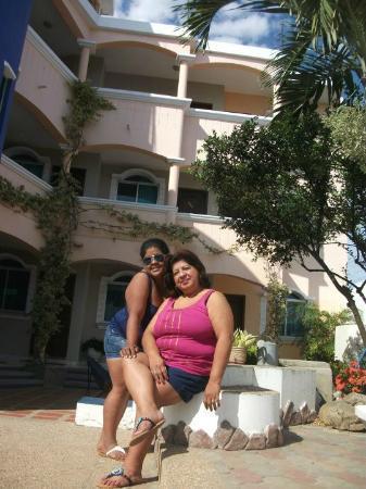 Marina Real Hostal: en el area social con mi mami
