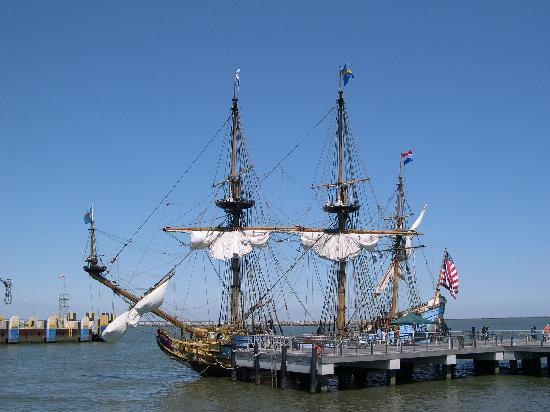 Pantai Rehoboth, DE: The Halmar Nykell at the Cape May ferry dock in Lewes.
