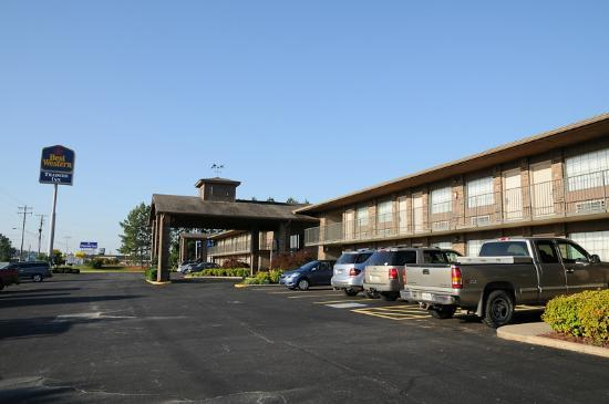 SureStay Plus Hotel Poteau : Front of Best Western Traders Inn