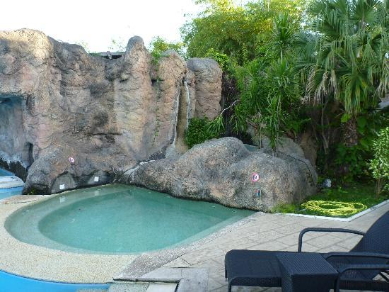 InterContinental Tahiti Resort & Spa: Jacuzzi #1! Didn't get to try it but it looked official