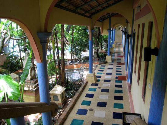 Ao Chalong Villa & Spa: Accès réception (en face), piscine (juste à gauche) depuis l'escalier (derrière)