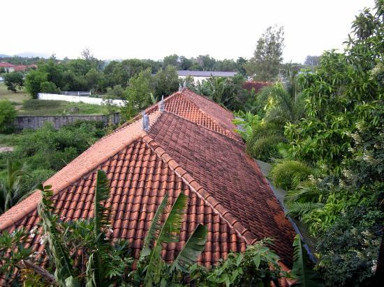 Ao Chalong Villa & Spa: Vue depuis la fenêtre de la chambre: vue en face