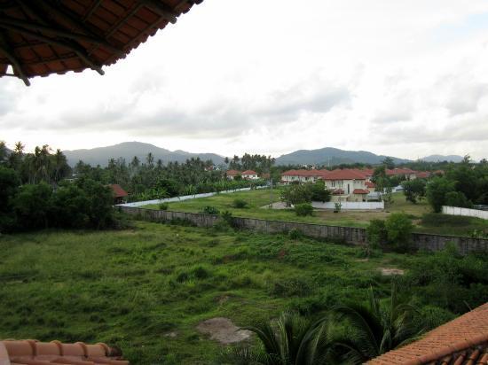 Ao Chalong Villa & Spa: Vue depuis la fenêtre de la chambre: vue à gauche