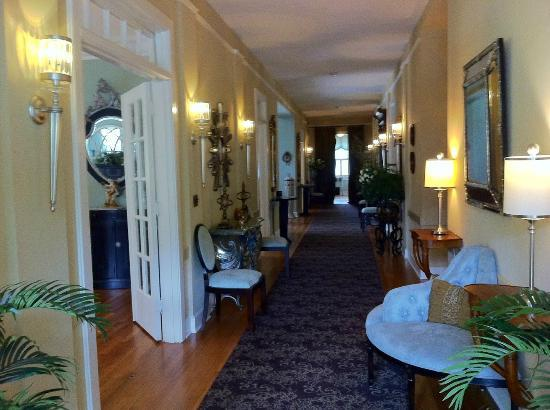 The King's Daughters Inn: Looking down the hall from the sunroom