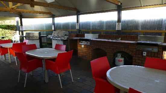 Taupo DeBretts Spa Resort: Outdoor cooking and BBQ area