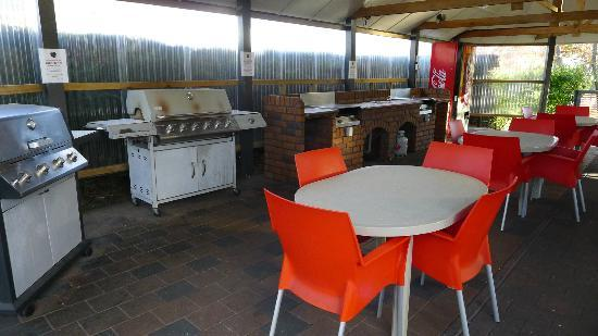 Taupo DeBretts Spa Resort: Communal BBQ, cooking and eating area